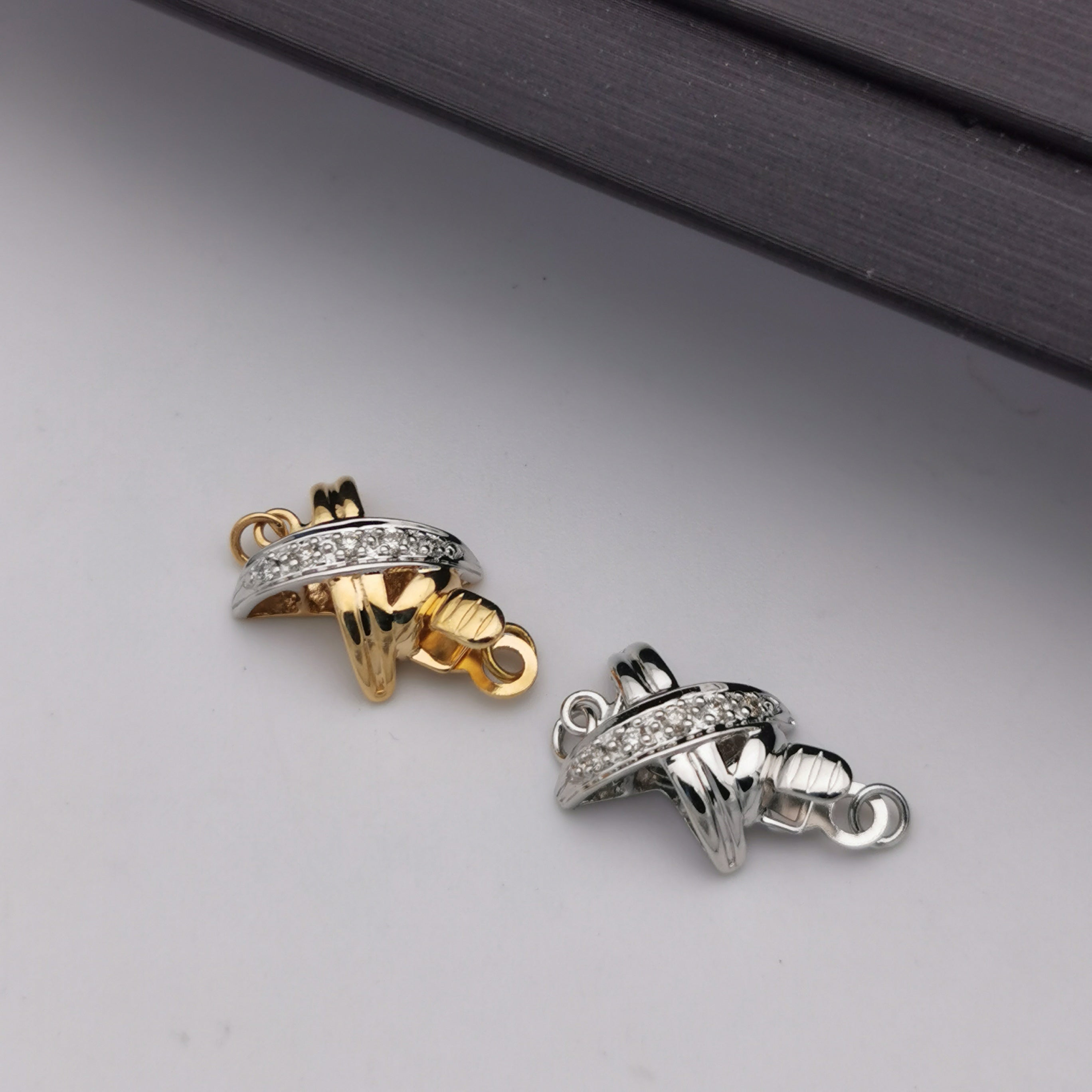 18K white gold/yellow gold with diamond clasp