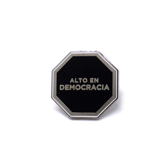 PIN OCTOGONO DEMOCRACIA NEGRO