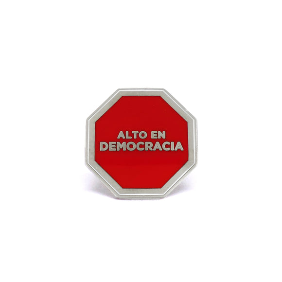 PIN OCTOGONO DEMOCRACIA ROJO