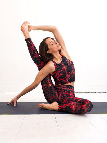 Grid red | Efesto Designs yoga leggings and crop top | random pathlines from fluid flow | compass yoga position