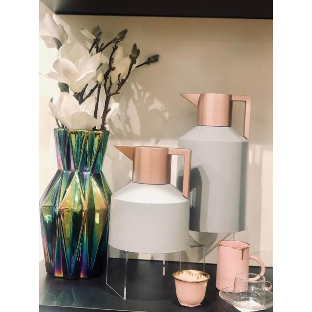 This Eid Hamper features the unbeatable rose gold Geo Vacuum Flask from Normann Copenhagen so that you can serve up perfectly temperate beverages in the stunning Ozlemtuna Arabic Cup Set in pink porcelain.