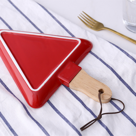 MERRY triangle plate with wooden handle - red