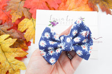 Small Julia Messy Bow Style Bow || Daisies on Blue
