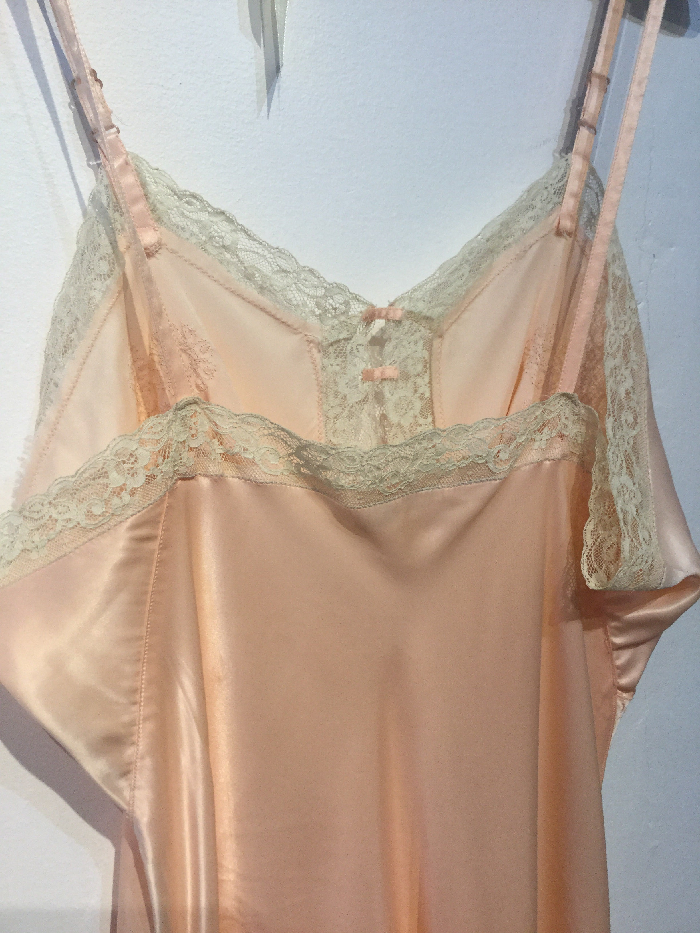 Deadstock NWT Pale Peach Slip with bunches of daisies embroidery L/XL+ #142