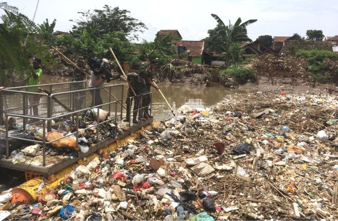 Plastic berg blocking Indonesian river