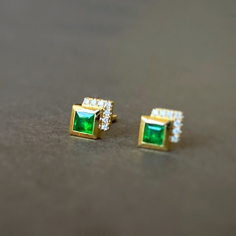 18K Gold Bezel Setting 0.15ct Natural Emerald Vintage Stud Earrings Exclusively Handcrafted 0.05ct Natural Diamond (H-F Color, VS1-VS2 Clarity)