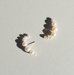 Saskia Diez - Drop Pearl Earrings Hugging - Gold / Pearl
