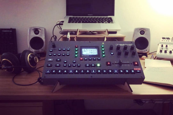 SPIKE synth stand