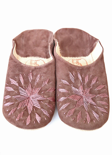 CHAUSSONS EN DAIM & BRODERIES MARRON/TAUPE