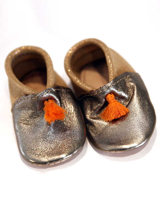 CHAUSSONS BÉBÉ QUI BRILLENT À POMPONS ORANGE (pointure 18)