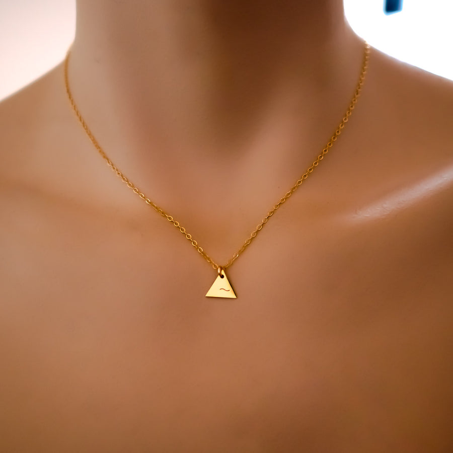 Model wearing 3 Points Water Necklace - Gold