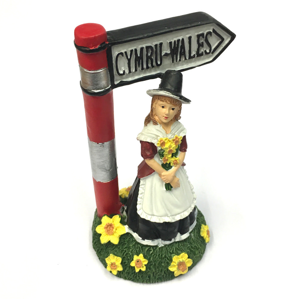 Welsh Lady & Signpost Figure [wg573]