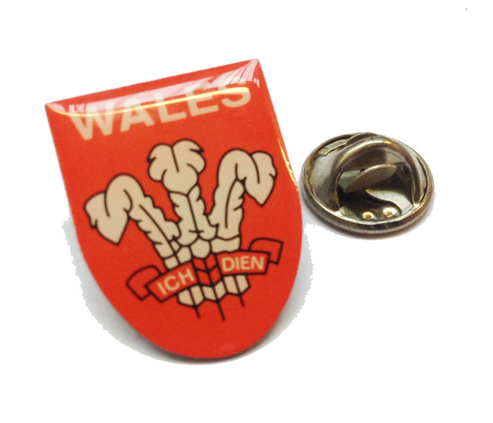 Prince of Wales Feathers Shield Pin Badge (ref:es)