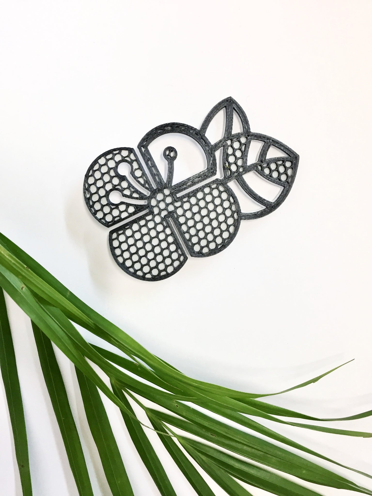 Net Pattern Graphic Flower Brooch