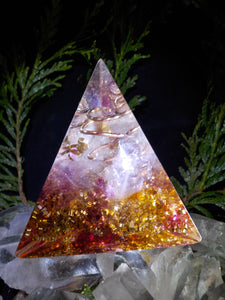 Quartz rose, cristal de roche. Pyramide 3 faces.