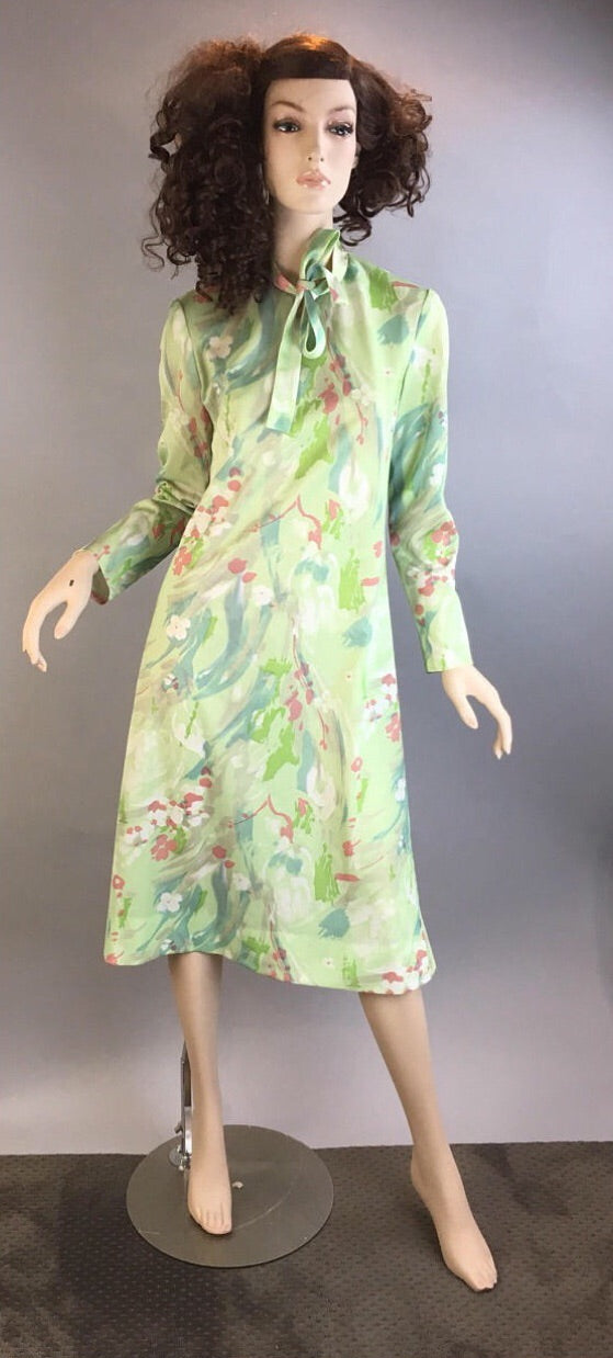 70s Vintage Shift Dress// Vintage Secretary Dress // pale Green Shift dress with bow tie (F1)