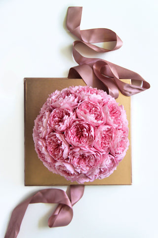 Image of eternal roses in a box