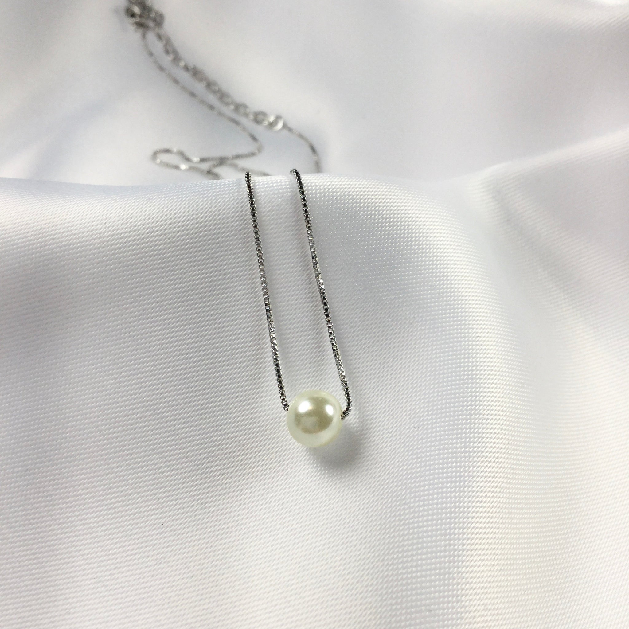 Delicate necklace mini pearl