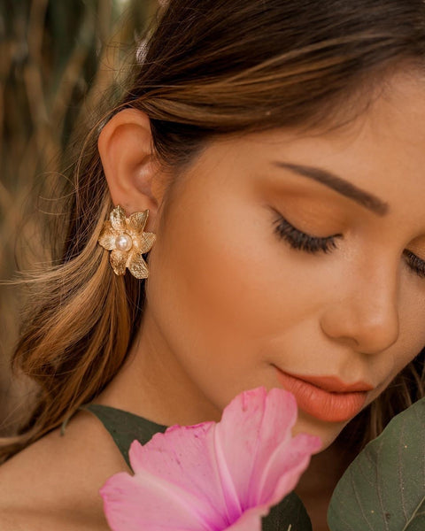 Flower Earrings 18K gold plated one pearl detail.