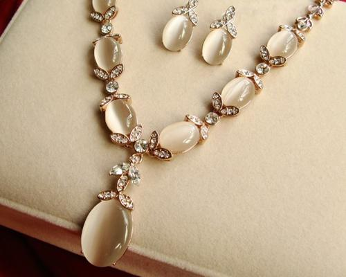Vintage Style Crystal Earrings and Necklace Jewelry Set
