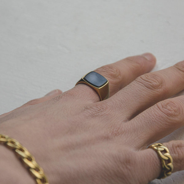 Signet Ring with Black Stone in Gold 𝙎𝙩𝙖𝙞𝙣𝙡𝙚𝙨𝙨 𝙎𝙩𝙚𝙚𝙡