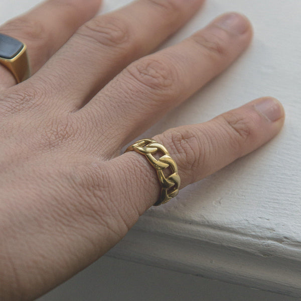 Curb Chain Ring in Gold 𝙎𝙩𝙖𝙞𝙣𝙡𝙚𝙨𝙨 𝙎𝙩𝙚𝙚𝙡