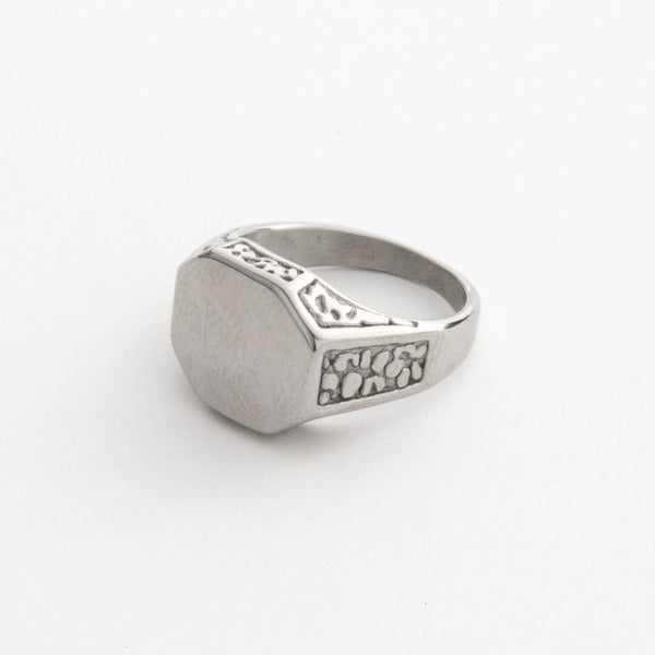 Signet Ring with Engraved Details in Silver 𝙎𝙩𝙖𝙞𝙣𝙡𝙚𝙨𝙨 𝙎𝙩𝙚𝙚𝙡