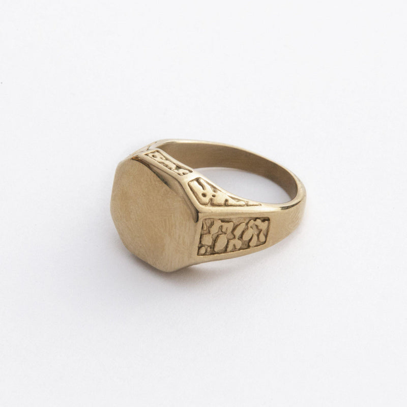Signet Ring with Engraved Details in Gold 𝙎𝙩𝙖𝙞𝙣𝙡𝙚𝙨𝙨 𝙎𝙩𝙚𝙚𝙡