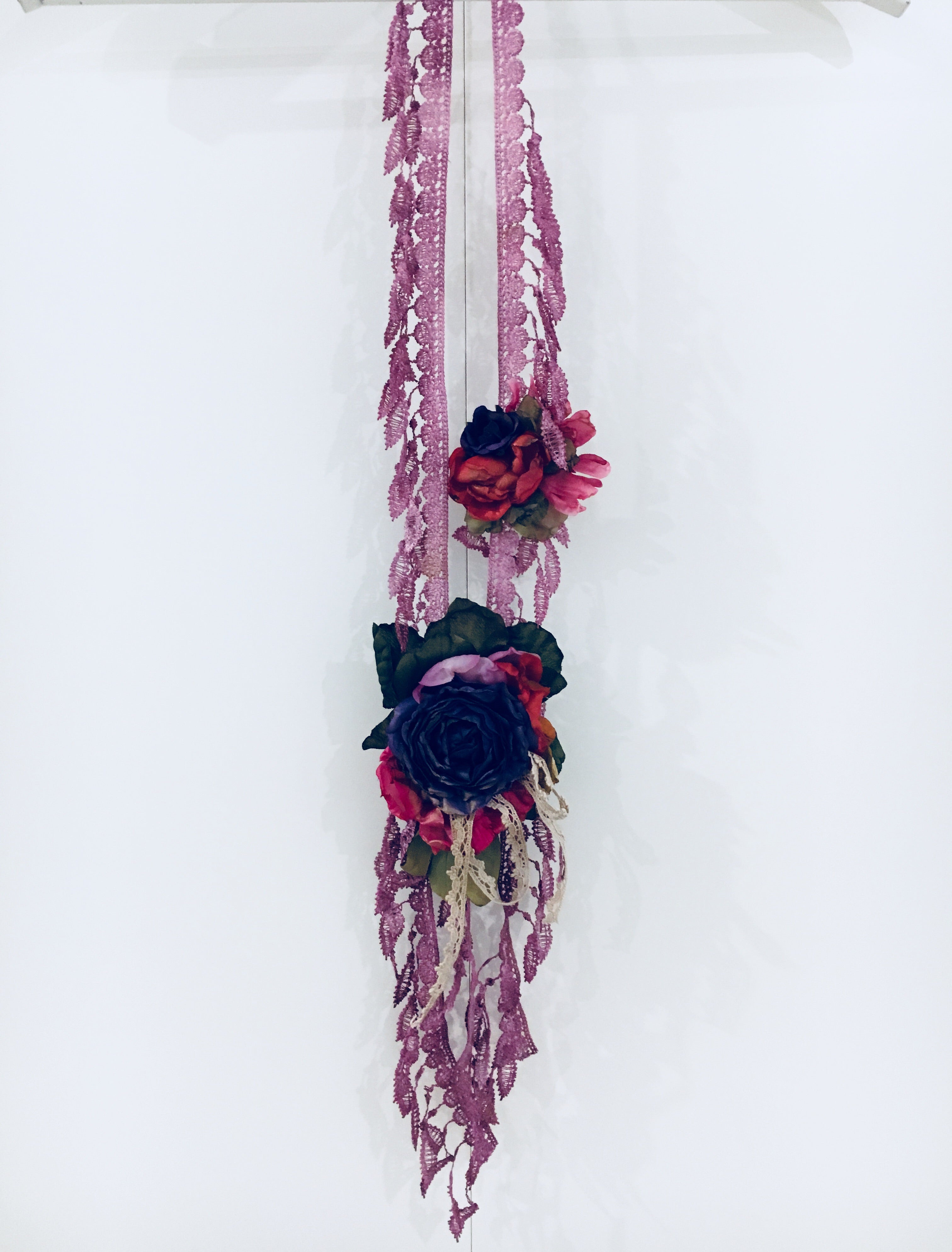 Collar largo cinta y flores