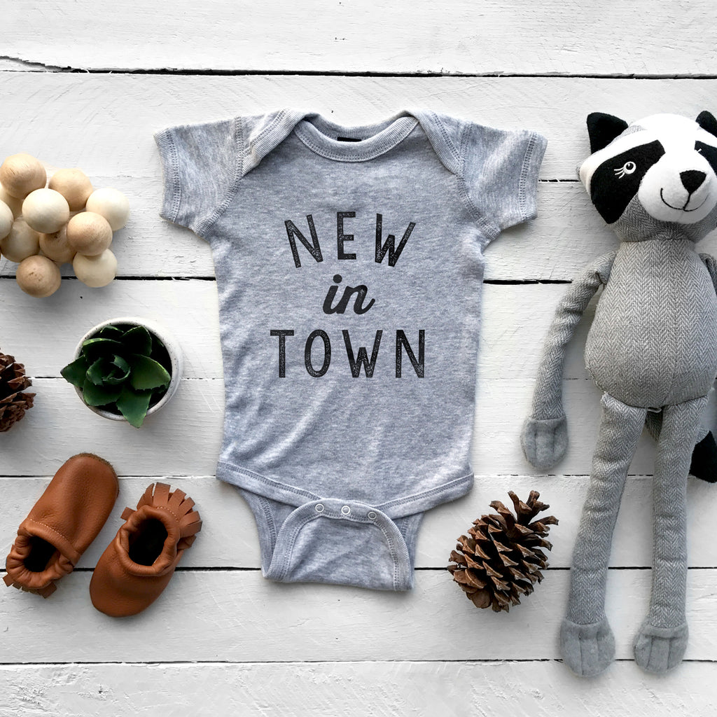 The Oyster's Pearl - Gray Short Sleeve New In Town Baby Bodysuit