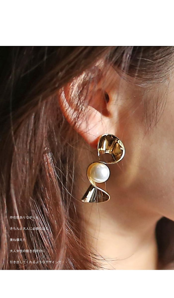 Gold pearl elegant piercing earrings