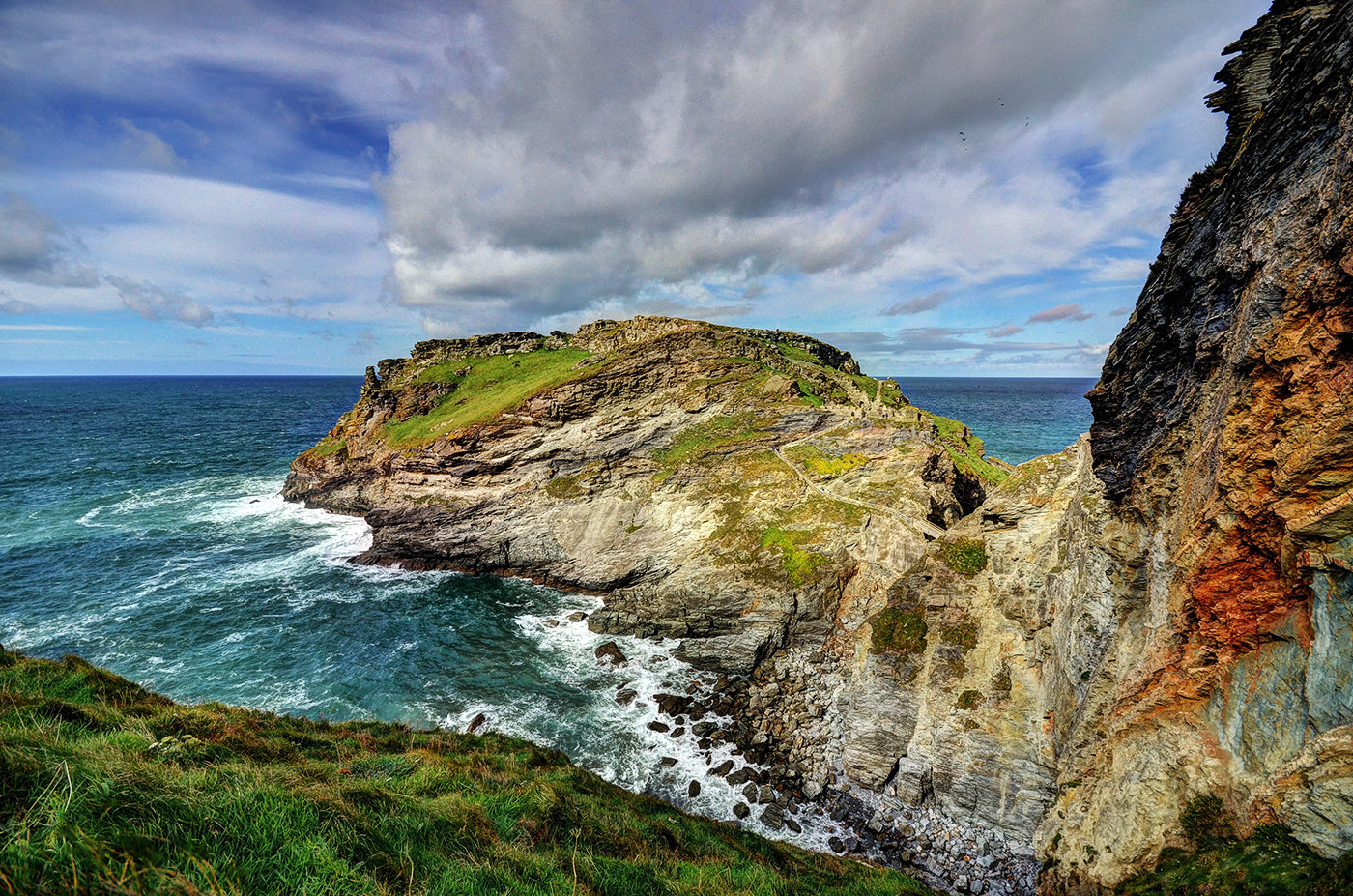 Rough cliffs in front of the South West Coast in England along the South West Coast Path. (Photo: Baz Richardson)