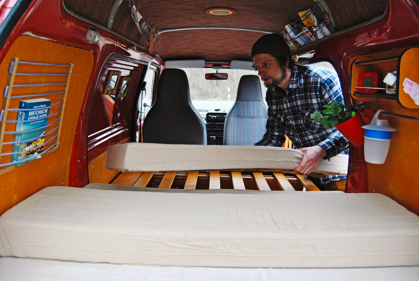The inside of this Daihatsu Hijet measures only 3 x 1.4 x 1.8 metres. Still there is room for a bed, table, and clothing storage. (Photo: Daniel Kalinowski)