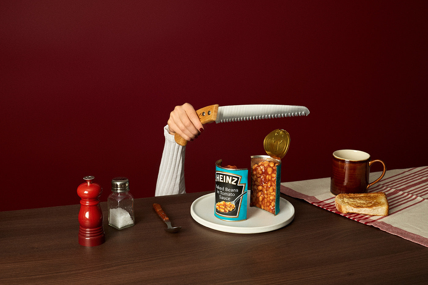 Sawing baked beans in half. Image by Fragmento Universo