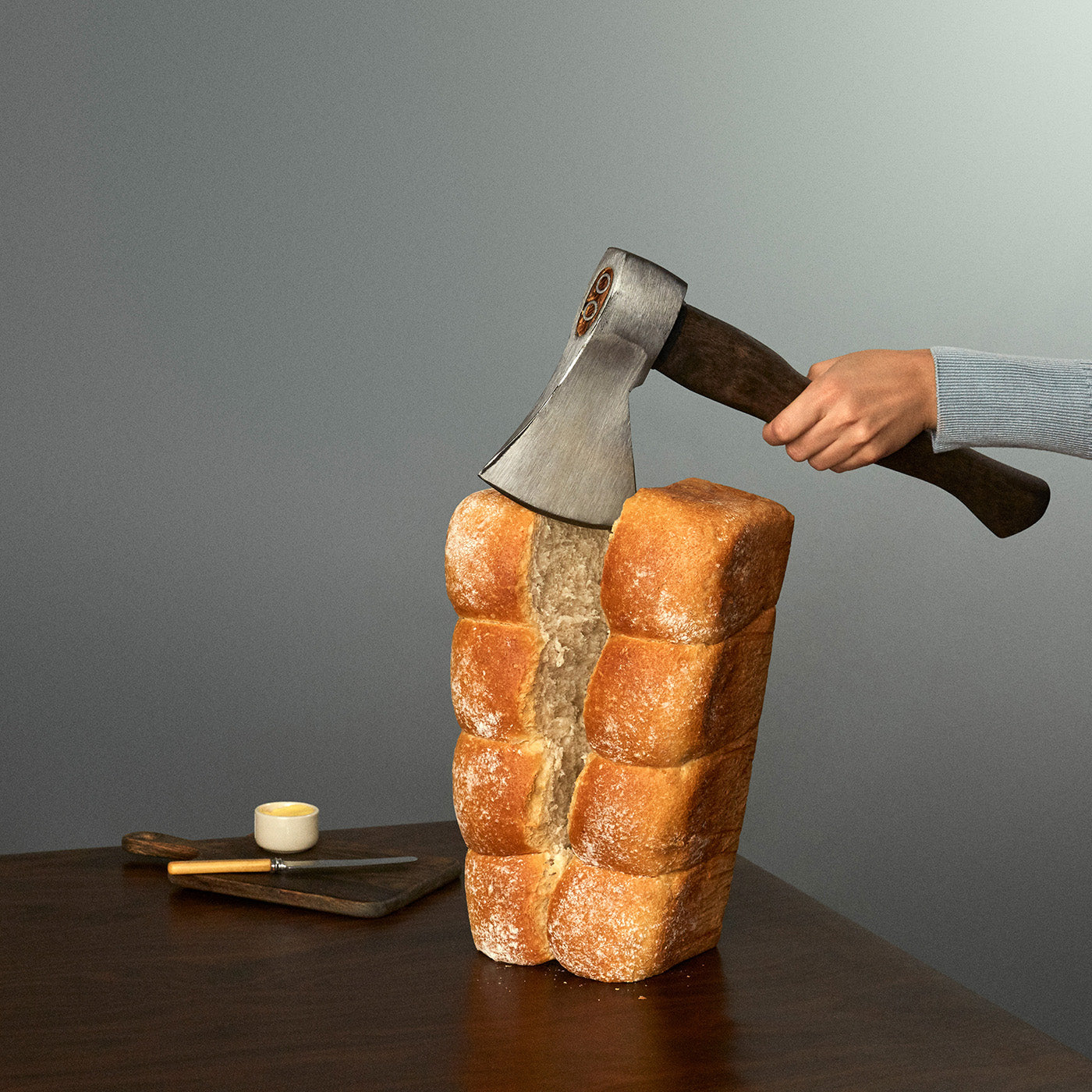 Chopping bread with an axe. Image by Fragmento Universo