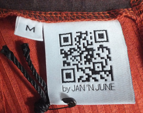 JAN 'N JUNE copper coloured turtle neck sweater | Kupferfarbener Rollkragenpulli aus Tencel Jersey mit QR Code