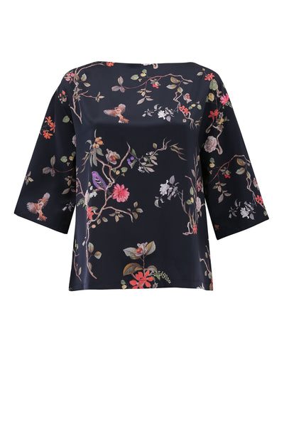 JAN 'N JUNE sustainable black top with Asian flower print made from recycled polyester | Nachhaltiges Oberteil mit Blumendruck aus recycelten PET Flaschen