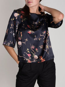 JAN 'N JUNE black top with flower print made from recycled PET bottles | Schwarzes Oberteil mit Blumendruck aus recyceltem Polyester
