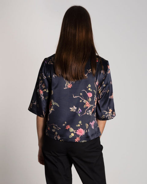 JAN 'N JUNE black top with flower print made from recycled polyester | Schwarzes Oberteil mit Blumendruck aus recycelten PET Flaschen