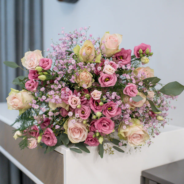 Elegant bouquet of roses and lisianthus