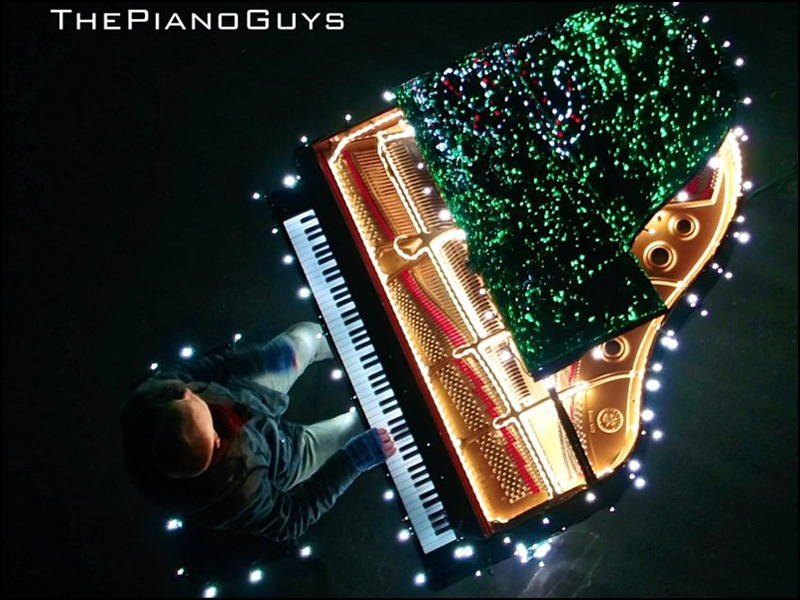 88 Piano Keys Control 500,000 Christmas Lights - I Saw Three Ships