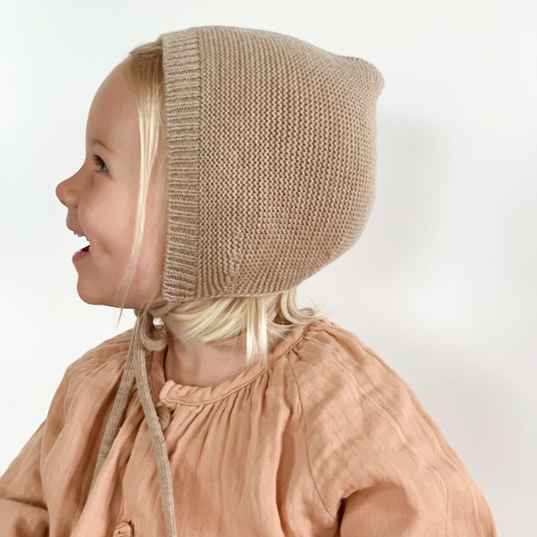 Hvid Knitted Bonnet Dolly - Sand