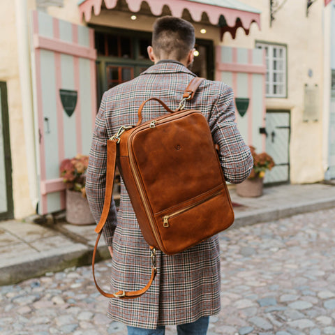 man carrying Von Baer 10X convertible packpack