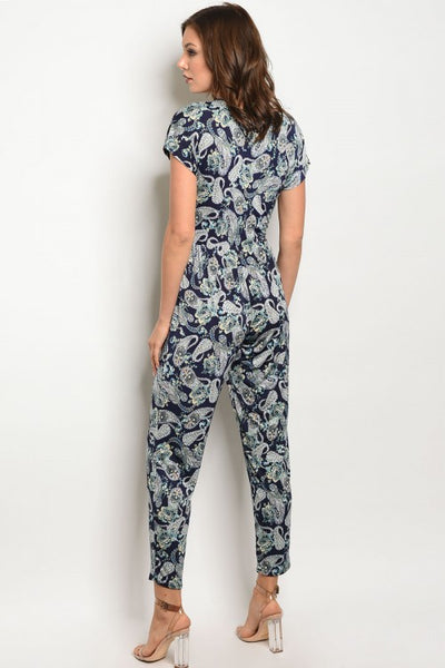 A chic paisley summer jumpsuit with v-neck, pants and short sleeves.