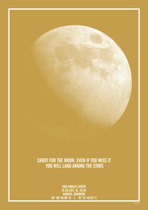 "Karrygul moderne plakat med print af månen og citat ""shoot for the moon. Even if you miss it, you will land among the stars"""