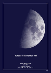 "Mørkeblå måne plakat med teksten ""the night you were born"" - den perfekte barnedåbsgave"