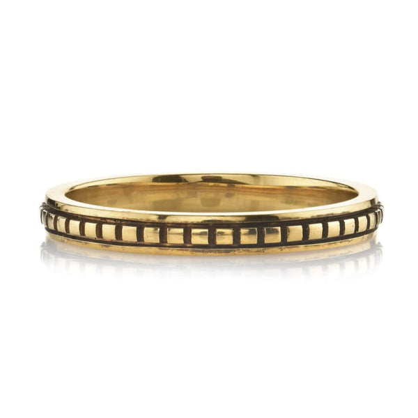 FLAT LYING OXIDIZED 18K YELLOW GOLD BAND WITH ENGRAVED SQUARE DETAIL RUNNING THROUGH CENTER | SINGLE STONE