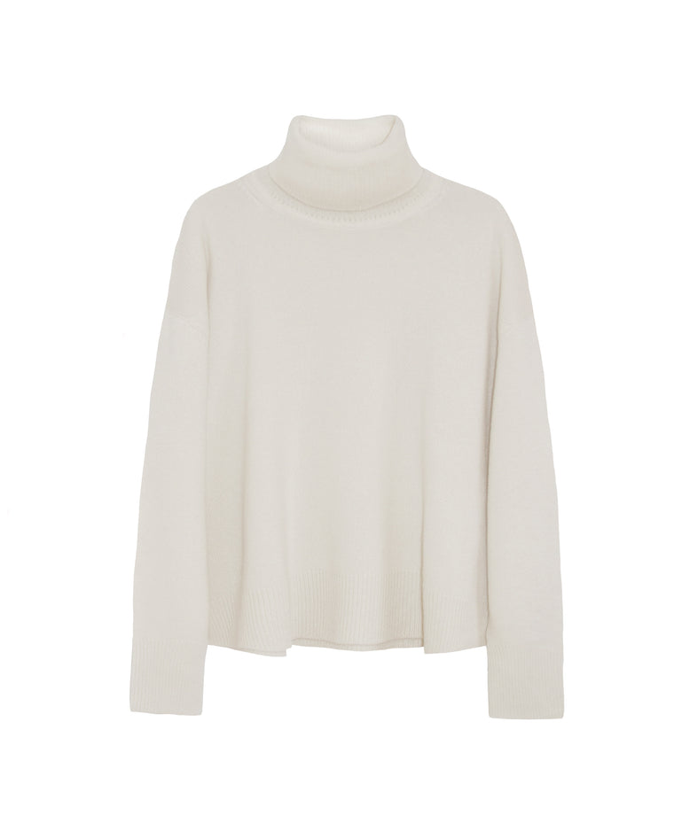 Beautiful chic airy fit cashmere turtleneck in chalk white