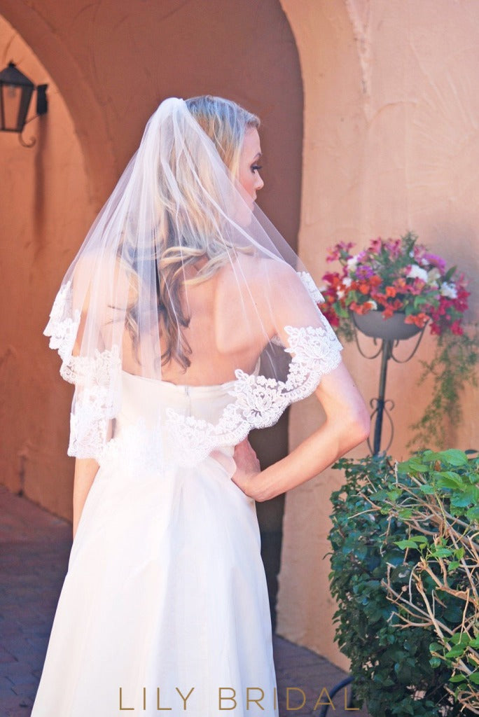 Cute Elbow Length Wedding Veil with Lace Applique Bottom