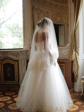 Exquisite One Layer Hip Length Wedding Veil with Lace Applique